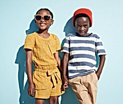 Forever Kids ce sont des vitamines pour les enfants. Une fille et un garçon sourient en regardant le complément alimentaire qui leur est destiné - Aloe Vera Passion