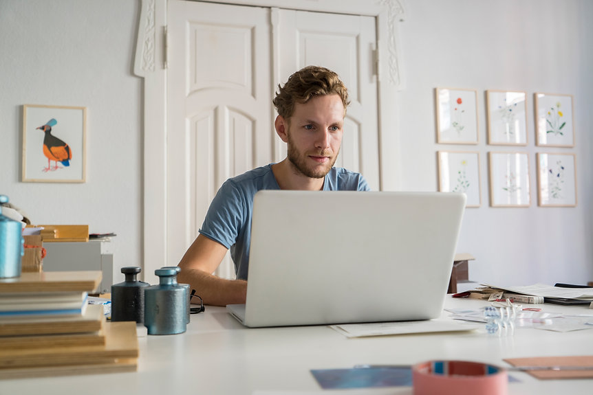 Mann arbeitet am Computer