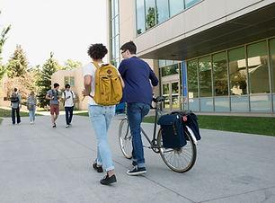 Universitetsstuderende på campus