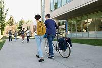 Étudiants universitaires sur le campus