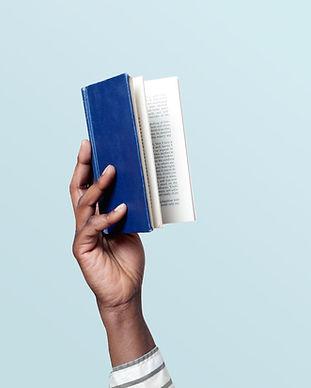 Een boek vasthouden