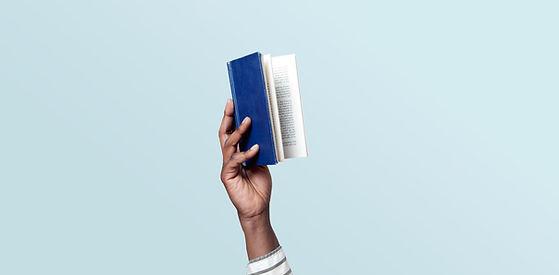 Segurando um livro