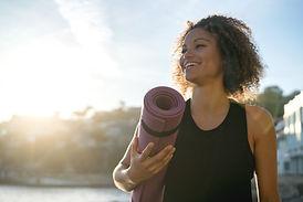Femme avec tapis de Pilates