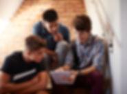 계단에 앉아있는 학생