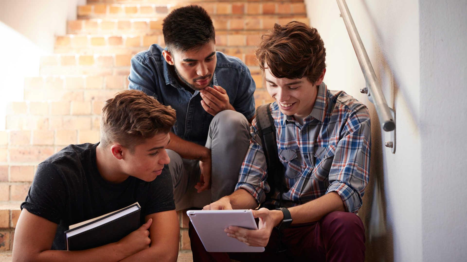 Studenten sitzen auf der Treppe