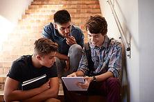 階段に座っている学生