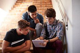 Étudiants assis sur un escalier