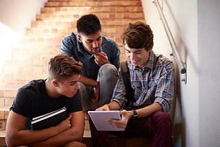 Студенты сидят на лестнице