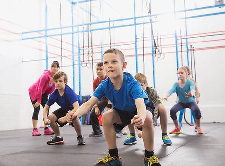 Chilren podczas lekcji wychowania fizycznego