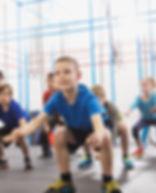 Niños durante la lección de educación fí