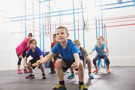 Дети на уроке физкультуры