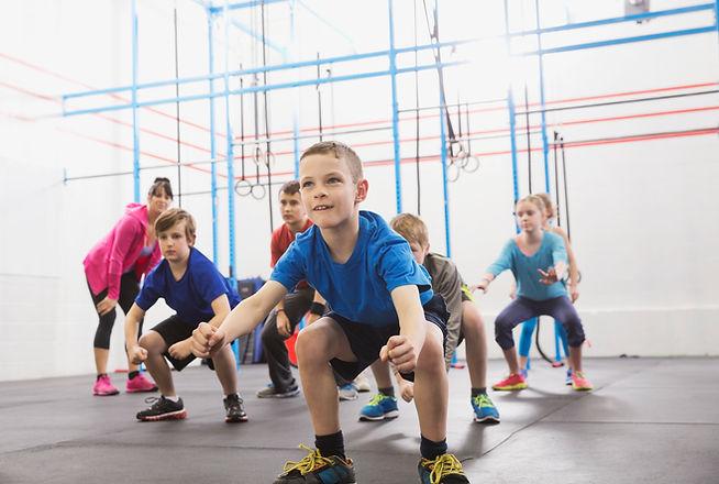 Chilren tijdens les lichamelijke opvoedi