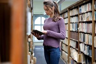 Jovem estudante na biblioteca
