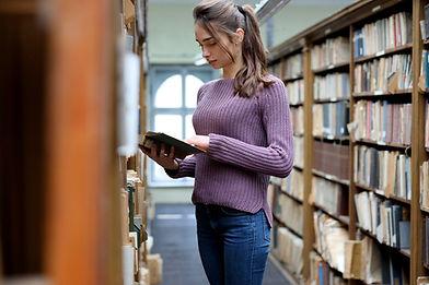 Ung student i biblioteket