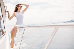 Una donna a bordo di uno yacht