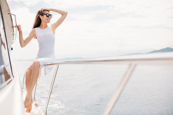 Eine Frau an Bord einer Yacht