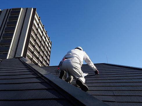 屋根を点検する屋根診断士
