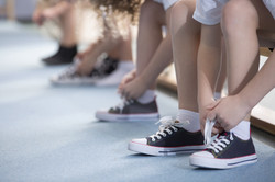 Børn binder deres sko