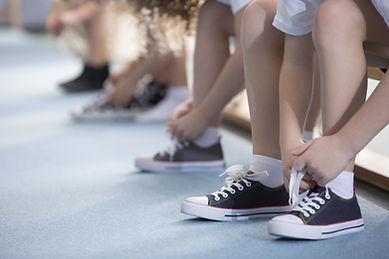 靴を結ぶ子供たち