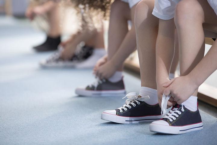Niños atar sus zapatos