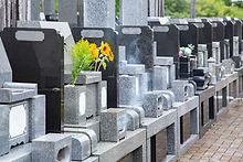霊園の墓石と花