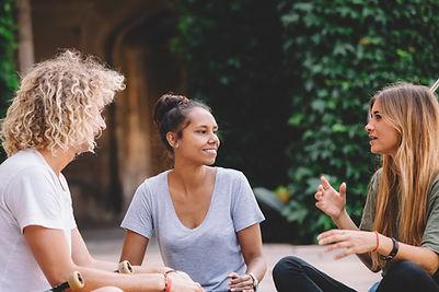 Amis parlant à l'extérieur