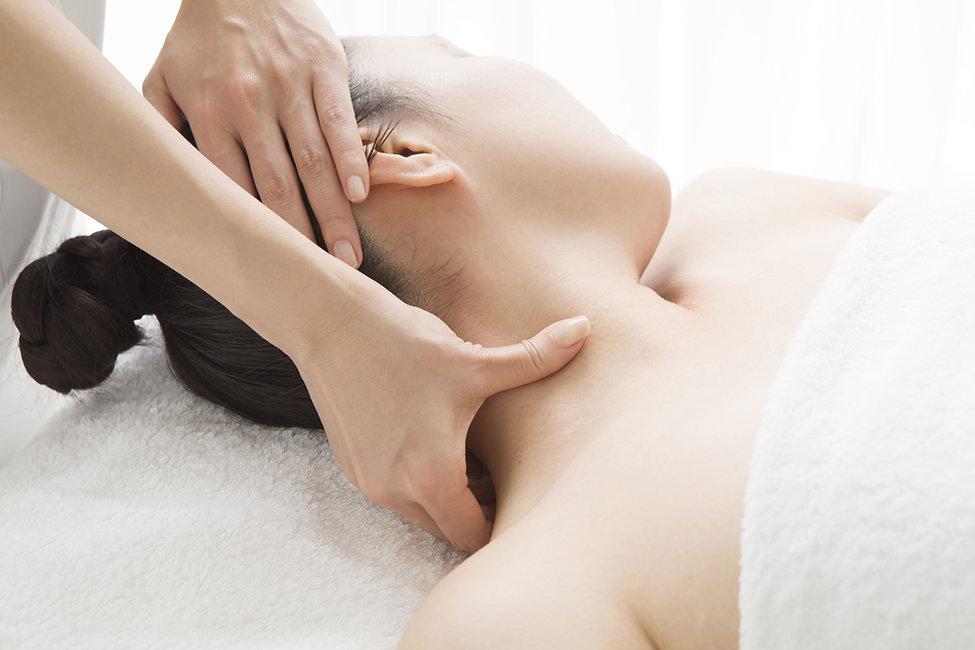 Masaje de acupresión en el cuello