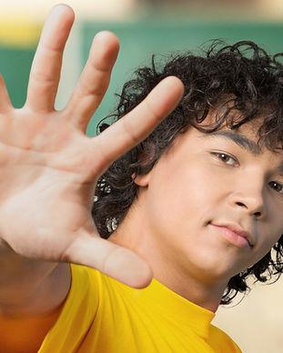 Menino levantando a mão