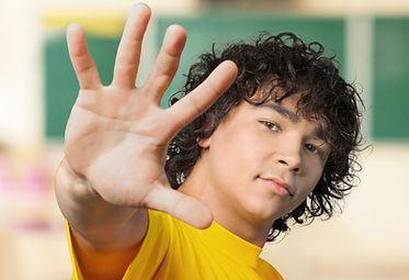 Ragazzo alzando la mano