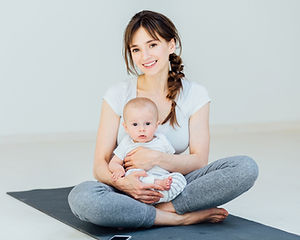 Madre e figlio sulla stuoia di yoga