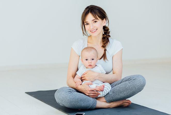 Мать и сын на коврике для йоги