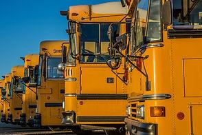 Припаркованные школьные автобусы