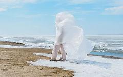 Женщина и Белый Пластик