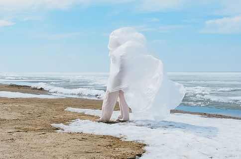 Donna e plastica bianca