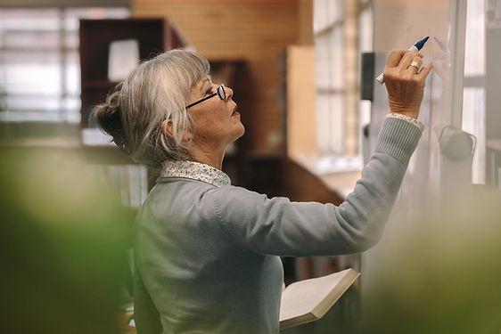 Insegnante senior femminile