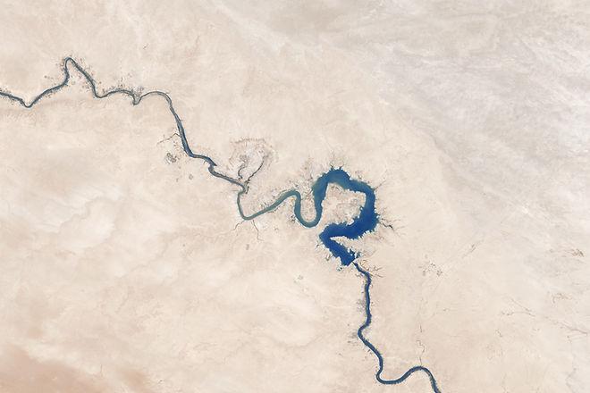 Flygfoto över den böjda floden