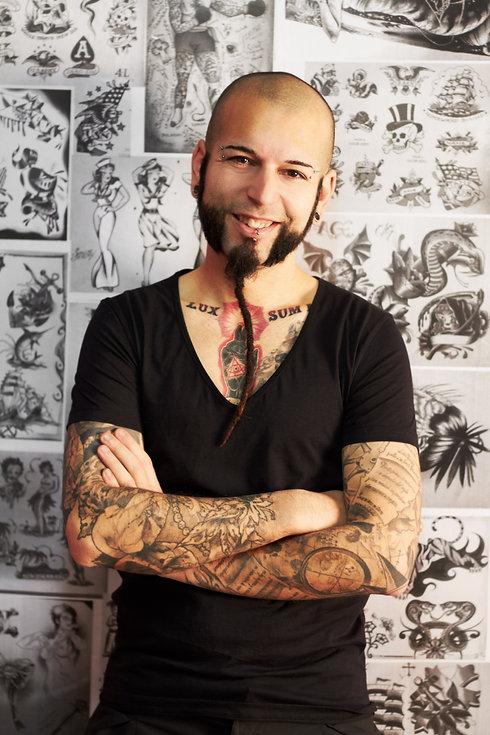 Tatuador feliz com o Yoga