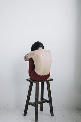 Mulher com as costas nuas