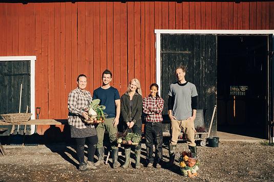 Agriculteurs dans la grange