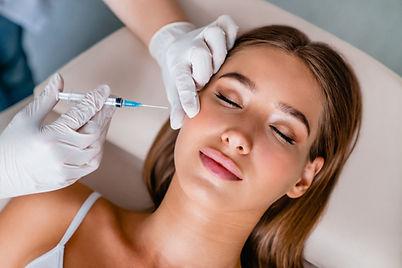 Femme recevant une injection Botox