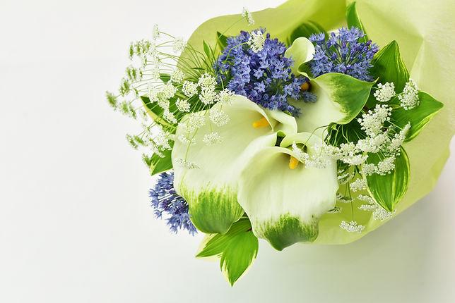 カラーの花束と広島市民葬儀