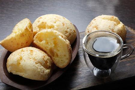 Petits pains au fromage et café