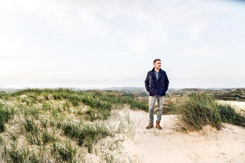 Man in duinen