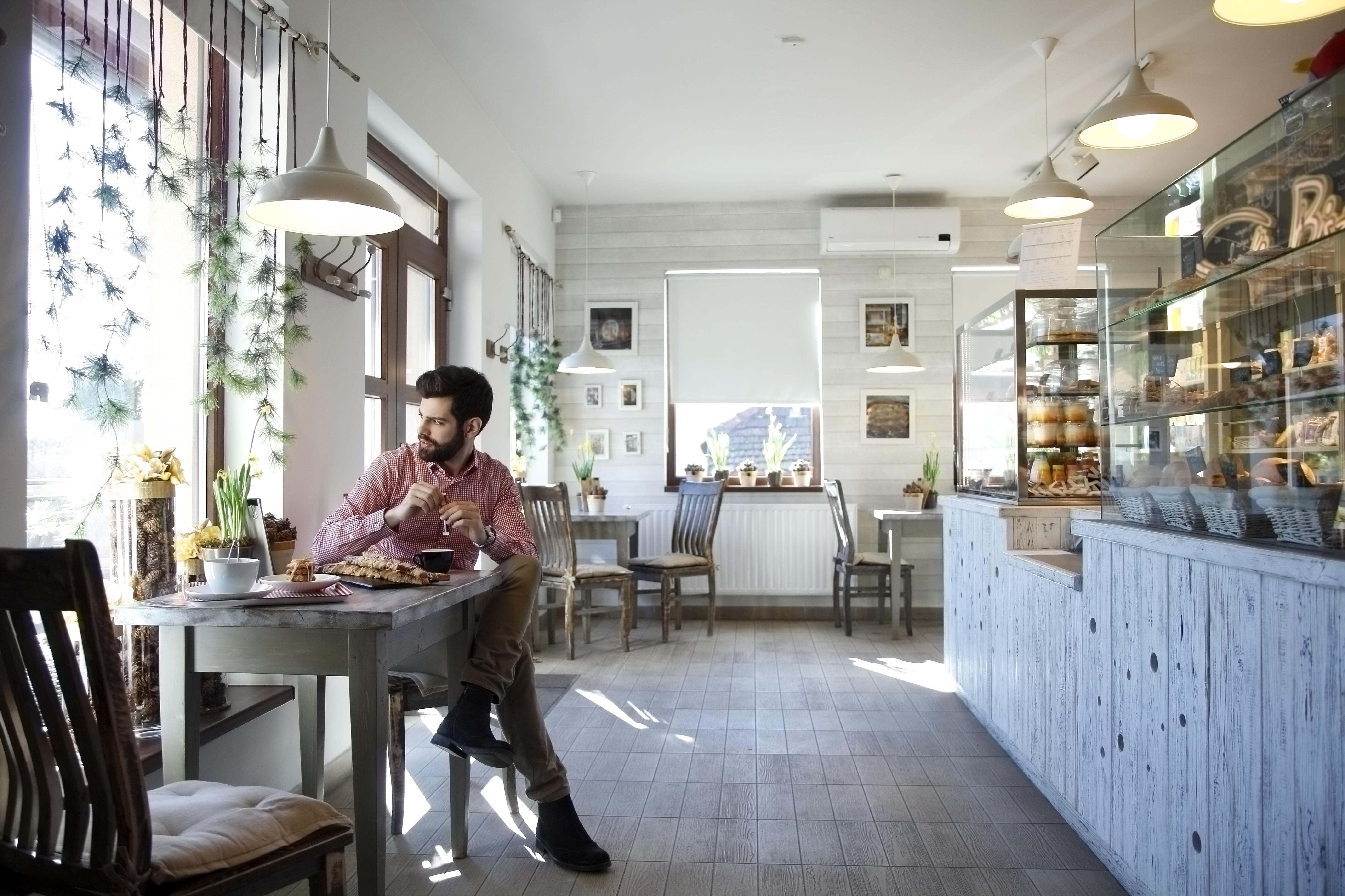 Hombre sentado en un café