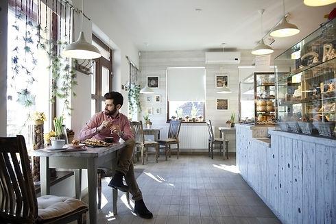 Man zit in een café
