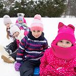 雪の中でそりの子供たち