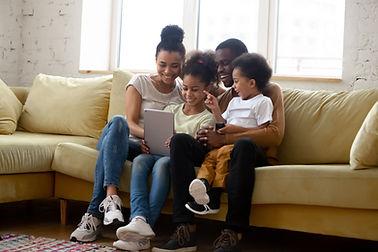 Familie mit Tablet Echt Mensch