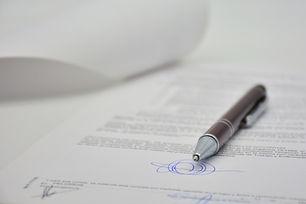 Ein Dokument mit einer Unterschrift und einem Kugelschreiber.