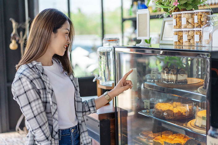 焼菓子を選ぶ女性