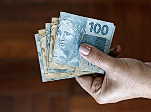 Segurando dinheiro